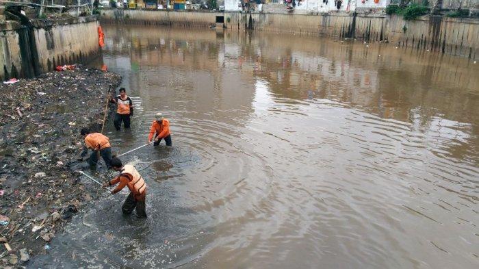Photo of Sandiaga Klaim Revitalisasi Sungai Ciliwung Bisa Serap 1.200 Lapangan Kerja Berorientasi Lingkungan