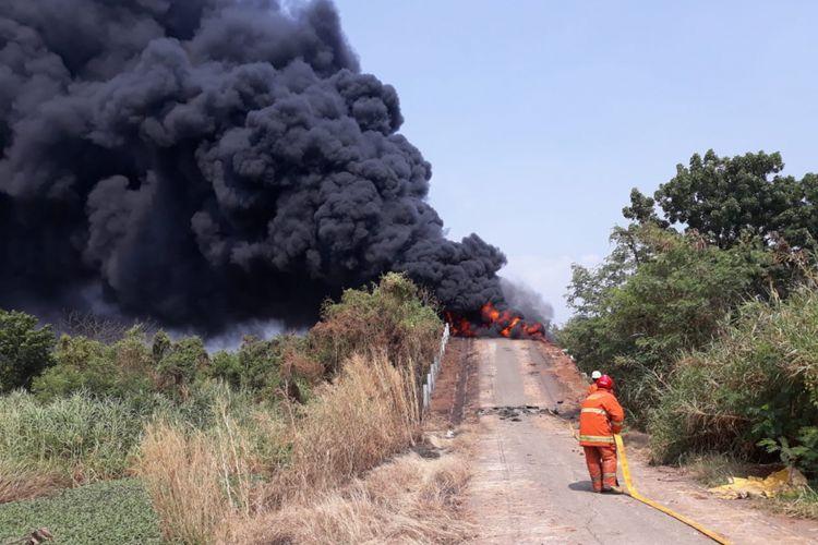 Photo of Tumpukan Sampah Terbakar di Lapang Cakung, Asap Hitam Mengepul