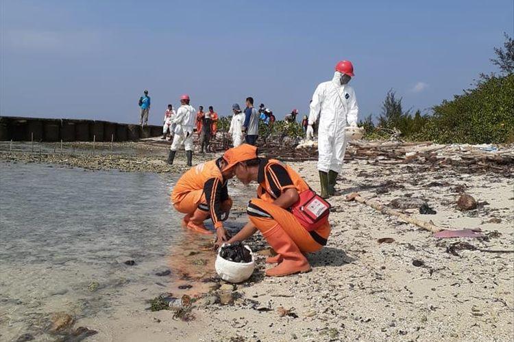 Photo of Dampak Tumpahan Minyak Mentah Pertamina di Kepulau Seribu, Laut Tercemar, Ikan-ikan Mati