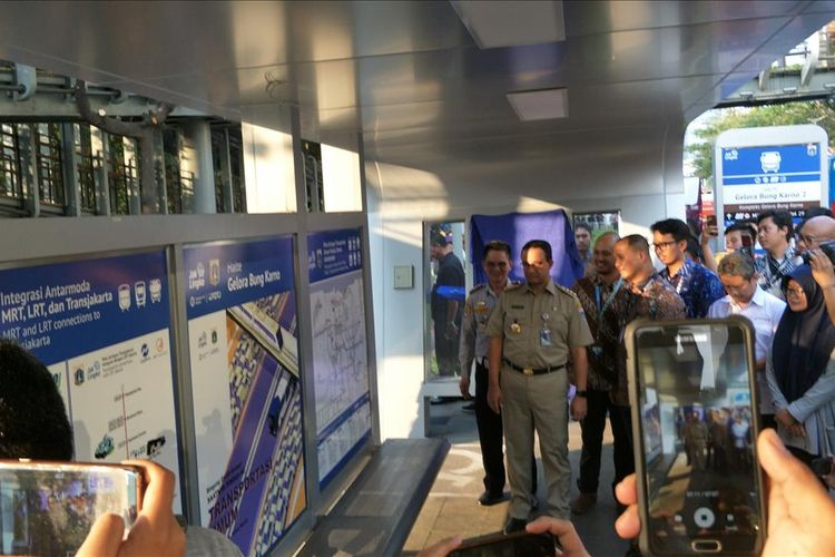 Photo of Permudah Warga Naik Transportasi Umum, DKI Pasang Peta Rute di 28 Halte