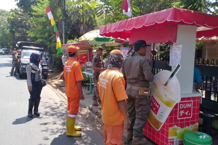 Photo of Ganggu Pejalan Kaki, PKL dan Ojol yang Kerap Mangkal di Trotoar Lenteng Agung Ditertibkan