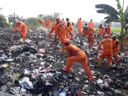 Photo of 120 Petugas Gabungan Bersihkan Sampah di Joglo