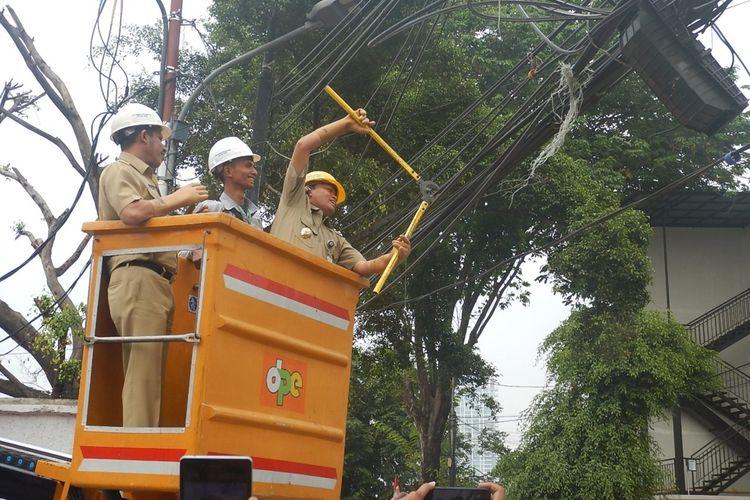 Photo of Pemkot Jakarta Selatan Potong Kabel Utilitas yang Semrawut