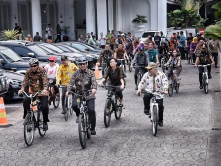 Photo of Dorong Gaya Hidup Bersepeda, Anies Ajak Jajaran Pemprov DKI Jakarta Bersepeda di Hari Batik Nasional